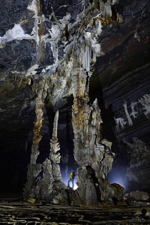 Các cột thạch nhũ đẹp cách cửa hang 400 m.