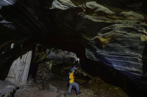 Hang Tiên dài khoảng 2 km, thuộc địa phận xã Cao Quảng, huyện Tuyên Hóa, cách quần thể hang động Phong Nha - Kẻ Bàng gần 100 km. Người dân địa phương coi hang Tiên là nơi linh thiêng để thực hiện các nghi lễ quan trọng trong đời sống tâm linh như cầu mưa, cầu an.