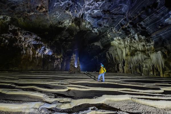 """Nhìn từ bên trong ra, nền hang cũng được tạo hình những thửa ruộng bậc thang ấn tượng. Vào những ngày mưa lớn, những """"thửa ruộng"""" này sẽ chứa đầy nước như vào """"mùa nước đổ""""."""