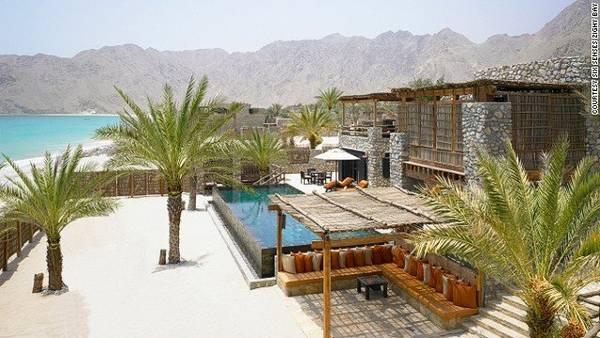 Khu nghỉ dưỡng cao cấp Six Senses nằm ẩn mình cạnh vịnh Zighy, tạo du khách cảm giác vừa hoang sơ vừa hiện đại - Ảnh: CNN