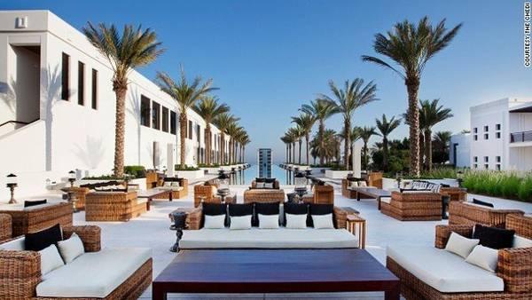 Khách sạn Chedi cũng là nơi có hồ bơi dài nhất đất nước Oman, kéo dài đến tận biển - Ảnh: CNN