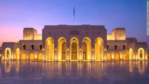 Nhà hát Hoàng gia lung linh trong ánh đèn - Ảnh: CNN