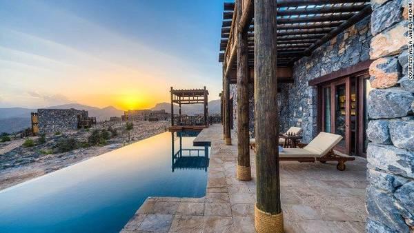Khu nghỉ dưỡng 5 sao Alila Jabal Akhdar được xây dựng trên dãy núi Hajar, điểm đến thú vị để du khách nhìn ngắm mặt trời nhú lên khỏi các đỉnh núi vào mỗi buổi sáng - Ảnh: CNN
