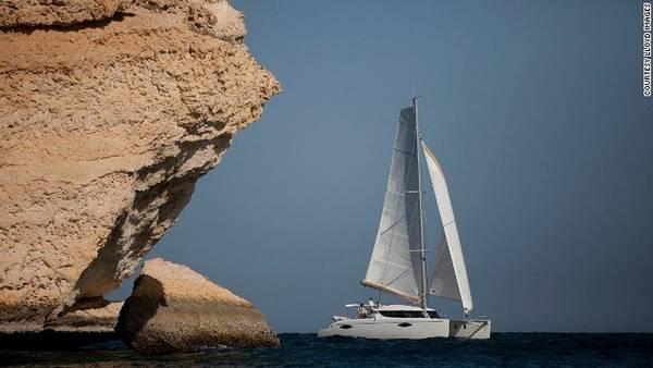 Những con tàu hiện đại giúp du khách khám phá khu di sản biển độc đáo của đất nước vùng Vịnh này - Ảnh: CNN