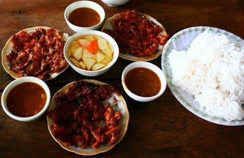 Suất bún thịt nướng đầy đặn dành cho ba người ăn. Ảnh: Minh Đức