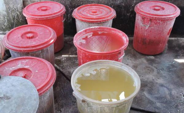 Bột sắn được ngâm qua nhiều nước để khử độ chua - Ảnh: T.LY