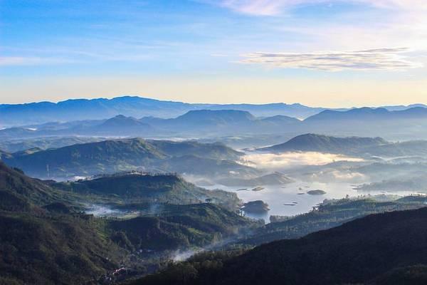 Adam's Peak là ngọn núi cao nhất Sri Lanka, với độ cao 2.243m so với mực nước biển. Ảnh: Globalgrasshopper.com