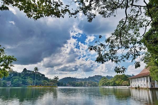 """Với phong cảnh thơ mộng tuyệt đẹp và những di sản văn hóa Phật giáo quan trọng, thành phố cổ Kandy được mệnh danh là """"thành phố thiêng"""" của đất nước Sri Lanka. Ảnh: Globalgrasshopper.com"""