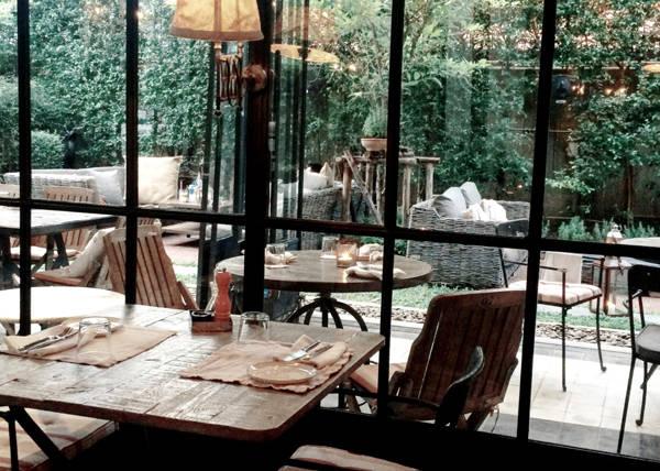 """Quince Café tại địa chỉ số 4, Sukhumvit Soi 45, Bangkok. Quán rộng rãi được trang trí theo phong cách """"Ware-house"""". Tại Quince, vừa có khu vực ngoài trời và trong nhà, thức ăn và món uống phong phú, một lựa chọn dừng chân tuyệt vời sau một ngày shopping dành cho bạn."""