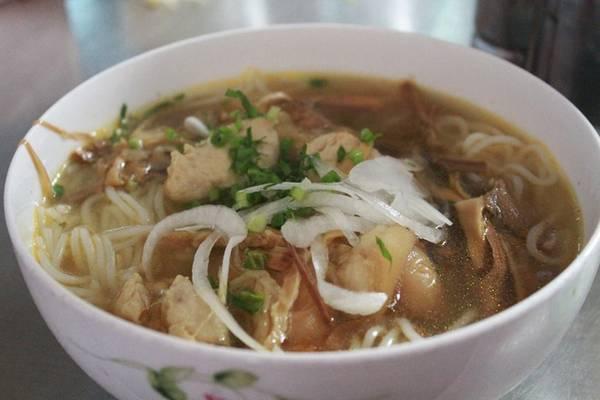 7h: Ăn sáng Bún bà Ty, bún riêu, mì Quảng... là những món ngon ở thị xã Long Khánh mà bạn nên thử. Bạn có thể ăn ở đường Quang Trung, Hồ Thị Hương... với giá 20.000-25.000 đồng một tô.
