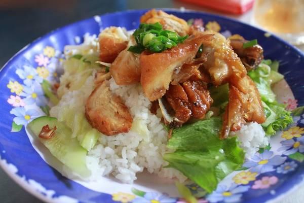 11h: Ăn trưa Cơm gà Nghĩa Ký, cơm Hùng hay các quán thịt dê núi là những điểm thích hợp cho bữa trưa của bạn. Địa chỉ tham khảo là ở đường Hồ Thị Hương, chợ Long Khánh...