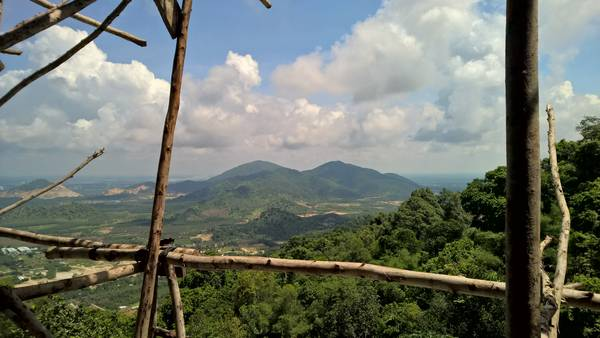 Quang cảnh nhìn từ chùa Hang Mai.