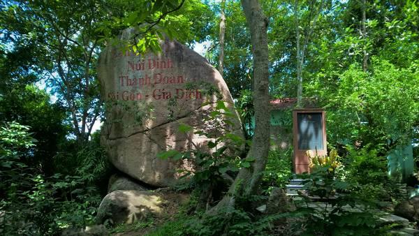 Bia tưởng niệm căn cứ núi Dinh.