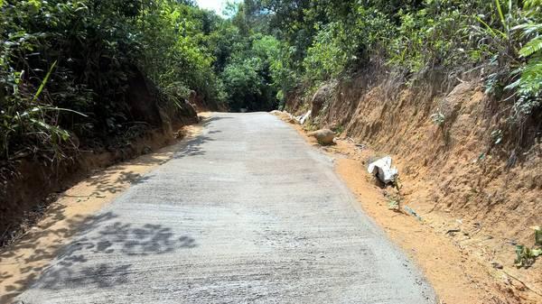 Đoạn đường vừa được tráng xi măng chưa khô nên bạn phải đi vào mép trái.
