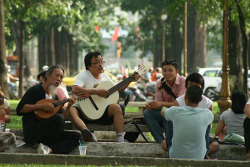 """""""Cà phê bệt"""" bên nhà thờ Đức Bà là nơi tụ tập quen thuộc của các bạn trẻ ở Sài Gòn. Ảnh: Yuplife."""