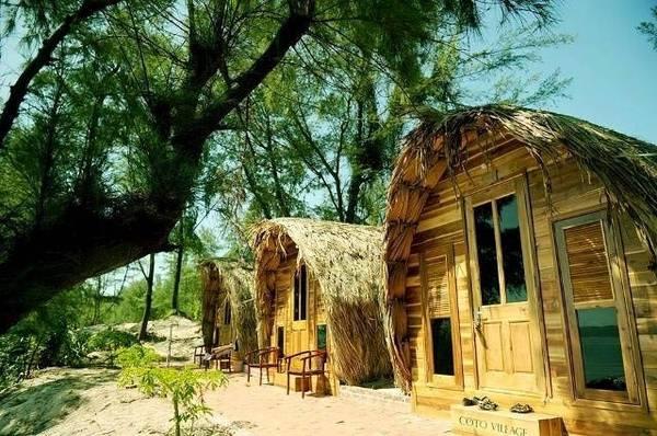 Những căn nhà gỗ ngay sát mép biển trên đảo Cô Tô