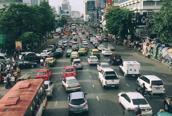 Bangkok thường xuyên tắc đường nên bạn cần lựa chọn phương tiện đi lại hợp lý.