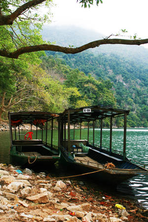 Những con thuyền chờ khách để bắt đầu hành trình khám phá vẻ đẹp của hồ nước ngọt lớn nhất cả nước. Hắt lên từ mặt nước, những chiếc thuyền mang một màu xanh sẫm.