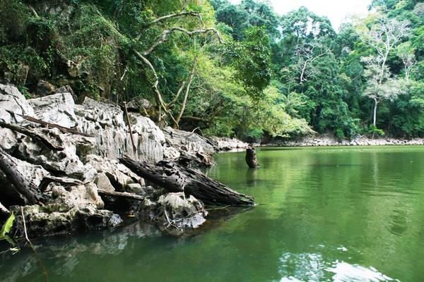 Đi qua một đoạn đường nhỏ, bạn sẽ tới ao Tiên. Đây là một ao nước nhỏ nằm trên đảo với màu nước xanh màu ngọc bích. Người dân vẫn kể rằng, xưa kia đây là nơi các nàng tiên ghé tắm sau khi ngao du sơn thủy.