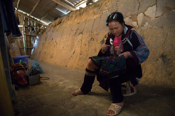 Phụ nữ địa phương đang ngồi thêu ở trong ngôi nhà giản dị của mình. Ảnh: Buffalotours.com