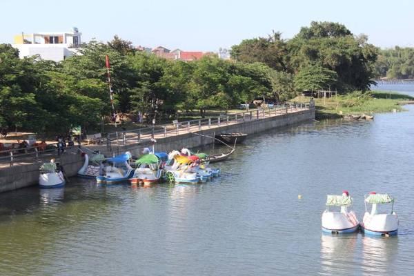 Thuyền con vịt trên sông quê Bình Dương - Ảnh: V.Q.Cầu