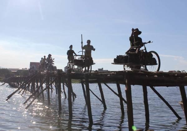 Cầu tre từ thôn Đông Yên qua thôn Đồng Min - chiếc cầu ký ức - Ảnh: V.Q.Cầu