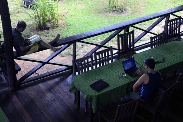 Với khu nghỉ dưỡng  bên sông, du khách như được sống trong rừng nguyên sinh với tiện nghi của cuộc sống hiện đại.