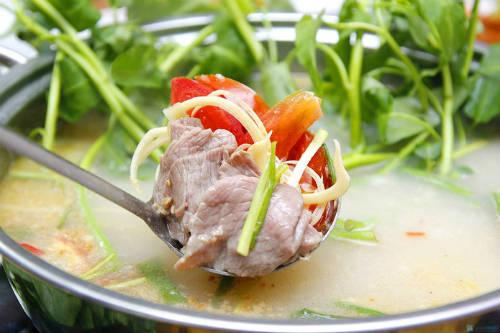 Thịt trâu nhúng mẻ với thứ nước dùng chua, thanh, có vị thơm thơm của sả. Ảnh: khuyenmaivang