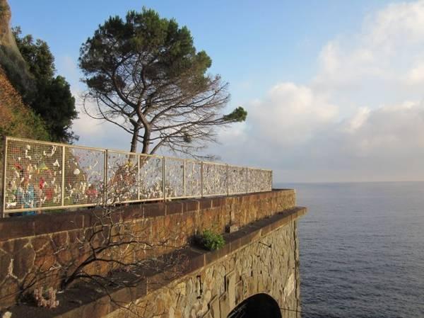 Móc khóa chứng tích tình yêu trên thành bảo vệ con đường tình yêu Via dell'Amore - Ảnh: flickr