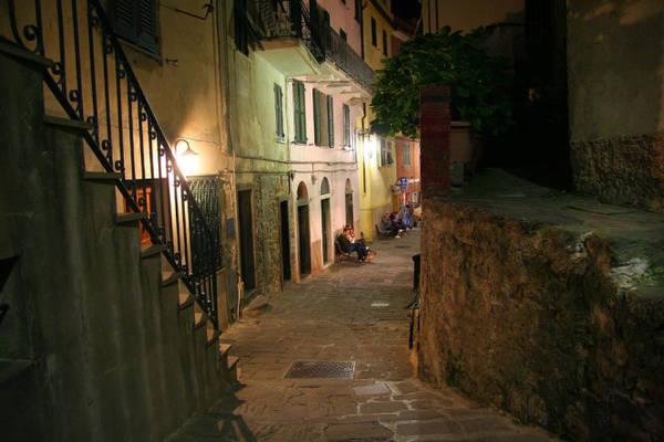 Một con phố về đêm ở Corniglia - Ảnh: flickr