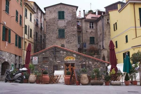 Quảng trường ở làng Corniglia - Ảnh:mikestravelguide