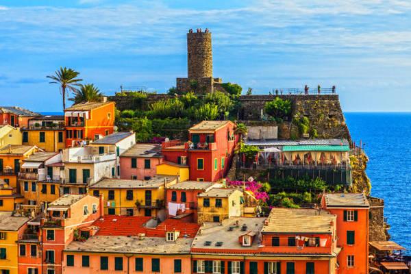 Lâu đài Doria nhô cao là biểu tượng của nền kinh tế Vernazza - Ảnh: fotolia