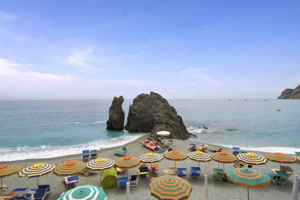 Nhiều du khách đến Monterosso để ngắm tảng đá cắt đôi ... - Ảnh: wordpress