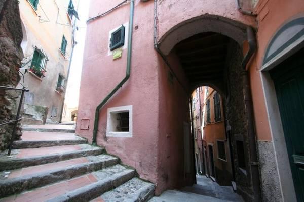 Một con ngõ quanh co đặc trưng ở các ngôi làng vùng Cinque Terre - Ảnh: wordpress