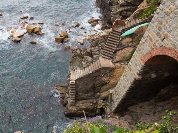 Những cầu thang dốc đứng dẫn xuống biển ở làng Riomaggiore - Ảnh: fotolia
