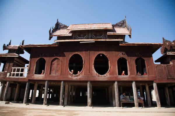 Mặt tiền của tu viện với ô cửa sổ nổi tiếng hình bầu dục - Ảnh: Thủy Trần
