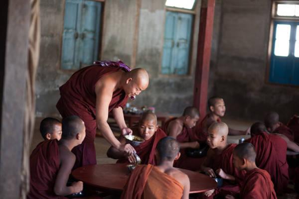Giờ ăn trong yên lặng ở tu viện, thức ăn được mang đến chia cho từng bàn - Ảnh: Thủy Trần