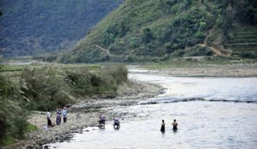 Thieu nï Nà LuÓng t¯m và gi·t bên sông. ¢nh : NG.H