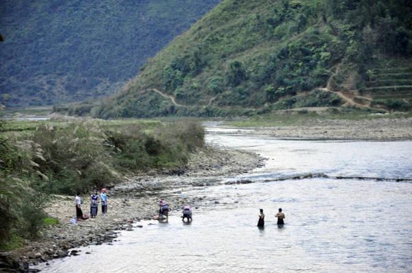 Thiếu nữ Nà Luồng tắm và giặt bên sông - Ảnh: NG.H.