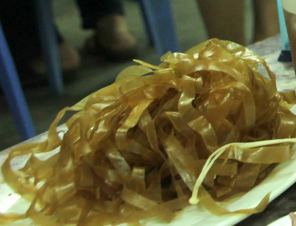 Bánh đa đỏ ăn kèm lẩu - Ảnh: Thủy OCG