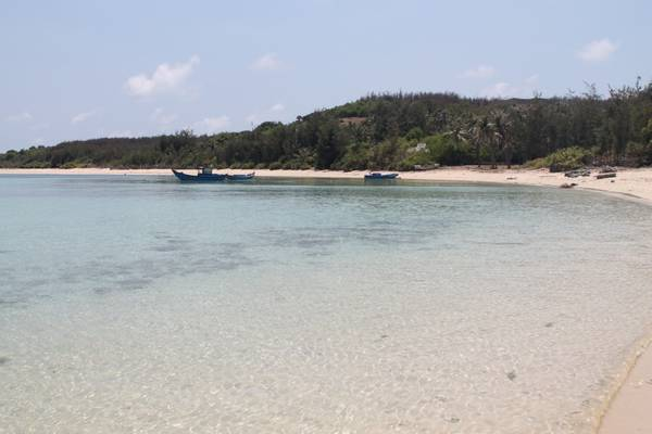 Nước biển trong xanh thấy cả đáy ở hòn Tranh. Ảnh: San San