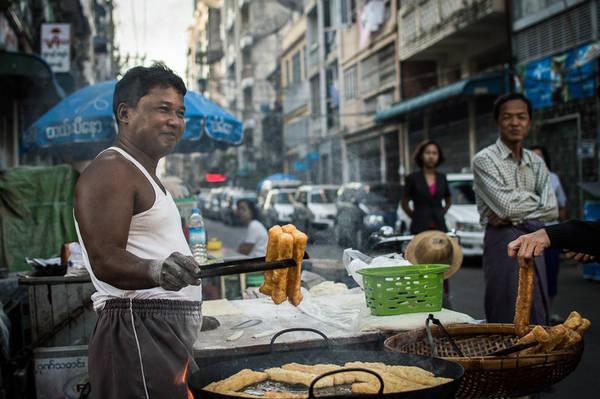 E Kya Kway: Đây là món ăn sáng yêu thích của người Myanmar được làm từ bột gạo và chiên phồng, trông khá giống với món quẩy của Việt Nam. Món ăn này thường được nhúng vào trà hoặc cà phê, hay cũng có thể được phục vụ kèm với cháo và món bún cá Mohinga. Ảnh: Funnelogychannel