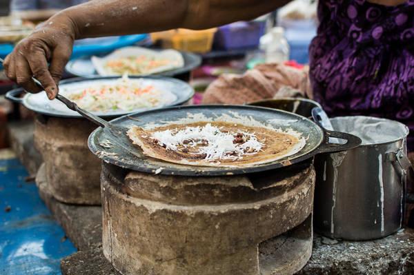 Dosa: Là một loại bánh crêpe hay bánh xèo được làm từ bột gạo lên men có nguồn gốc từ miền Nam Ấn Độ. Món Dosa được sử dụng chủ yếu cho bữa sáng và được bày bán trong hầu hết các cửa hàng ăn trên đường phố Yangon. Ngoài Myanmar, món ăn này cũng rất phổ biến ở một số nước như Malaysia và Sri Lanka. Ảnh: Funnelogychannel