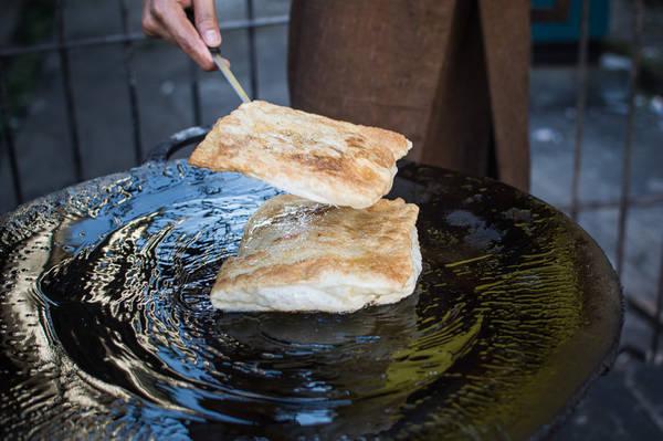 Roti: Là quốc gia nằm giữa Ấn Độ và Trung Quốc, nên Myanmar ít nhiều đã ảnh hưởng nhiều nét văn hóa, phong tục tập quán, ẩm thực của cả hai cường quốc này, và món Roti là một ví dụ điển hình. Roti là món bánh mì dẹt xuất phát từ Ấn Độ được làm từ các loại chất béo như bơ, đường, sữa, trứng và bột. Ảnh: Funnelogychannel