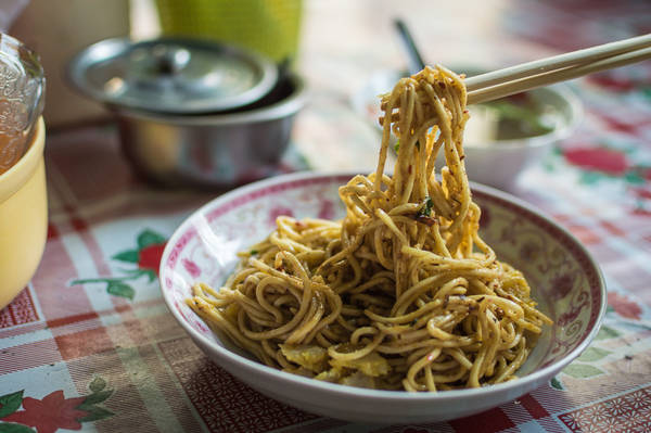 Nangyi thoke: Đây là một món mì khô, dùng sợi mì hơi dày, ăn cùng với thịt gà, cá xắt lát, trứng luộc và giá. Du khách có thể dễ dàng nhìn thấy rất nhiều cửa hàng bên vỉa hè Yangon bán món ăn hấp dẫn này. Ảnh: Funnelogychannel