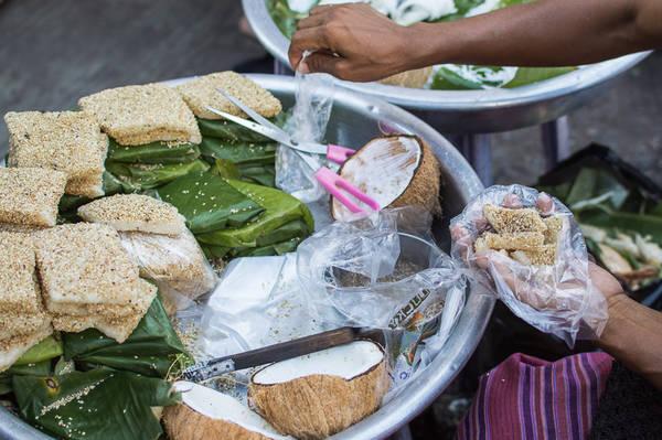Koh Pieh: Đây là một loại bánh được làm từ gạo nếp, được phủ lên một lớp mè và khi du khách thưởng thức sẽ được bỏ thêm dừa nạo kèm một chút muối và hạt tiêu. Ảnh: Funnelogychannel