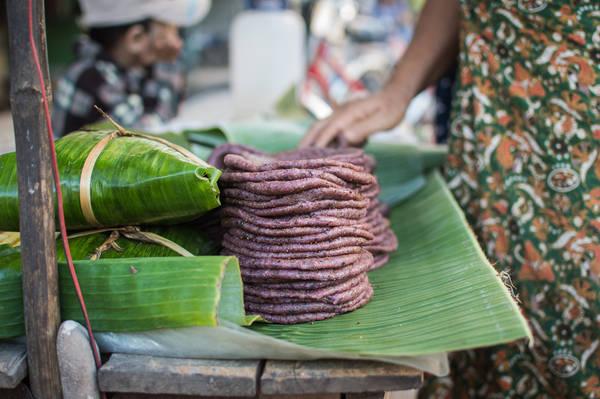 Koh Puo: Món bánh Koh Puo được làm từ gạo nếp đen hoặc trắng, nhưng được nướng trên than củi. Món ăn này được ăn kèm với một loại si rô được làm từ đường thốt nốt. Ảnh: Funnelogychannel