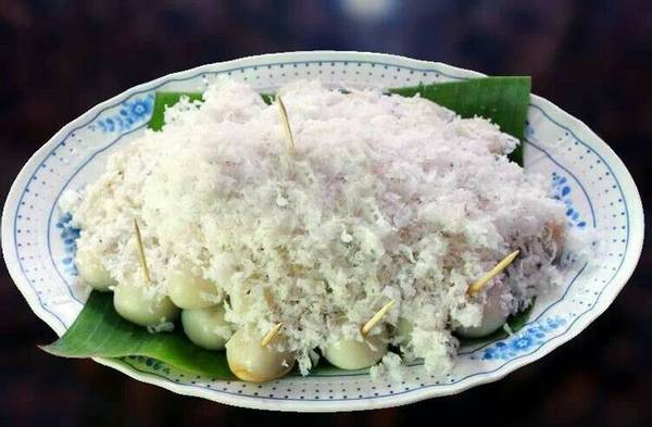 Mont Lone Yay Paw: Đây là món bánh tráng miệng truyền thống rất được yêu thích ở Yangon, và thường được ăn vào dịp lễ Thingyan. Món bánh này trông tương tự như bánh Tangyuan của Trung Quốc hoặc bánh Mochi của Nhật Bản. Về cơ bản, món bánh này được làm từ bột gạo nếp, có nhân làm bằng đường thốt nốt, dừa nạo và được gói trong lá chuối. Ảnh: Pinterest.com