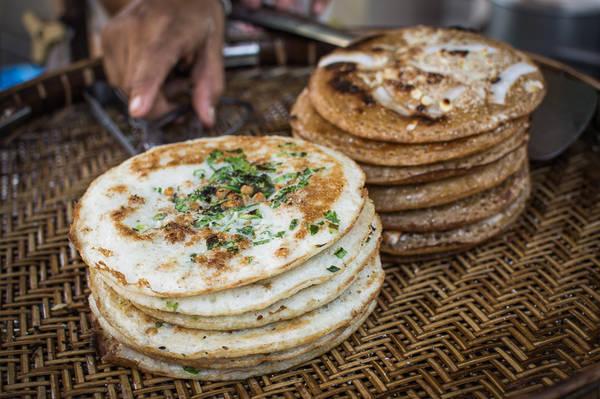 Bein Mont: Đây là một loại bánh chiên đường phố rất nổi tiếng ở Yangon, thường được bán vào buổi chiều. Chiếc bánh thơm ngon này được chế biến với nguyên liệu chính là bột nếp, dừa tươi thái lát và hạnh nhân. Ảnh: Funnelogychannel