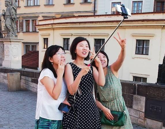Người Hàn Quốc thích chụp selfie mọi lúc mọi nơi. Ảnh: petapixel.